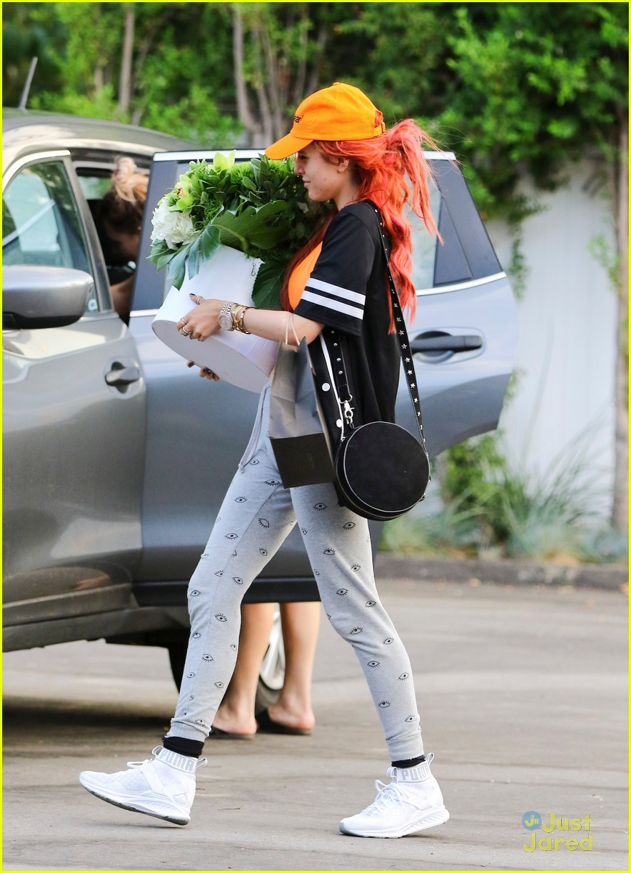 bella thorne blackbear cap flowers video freakout 04