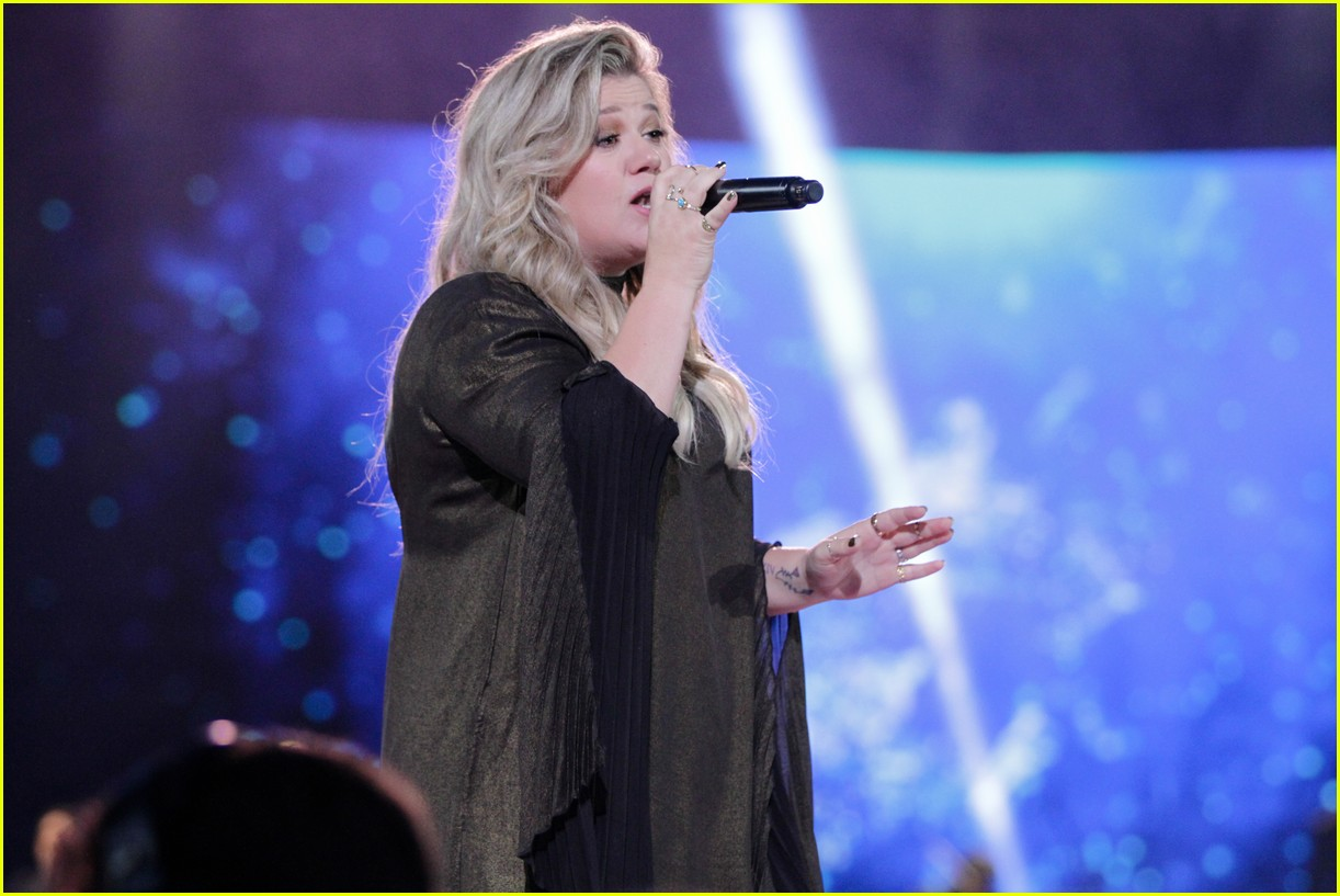 kelly clarkson and vanessa hudgens inspire youth at we day 10