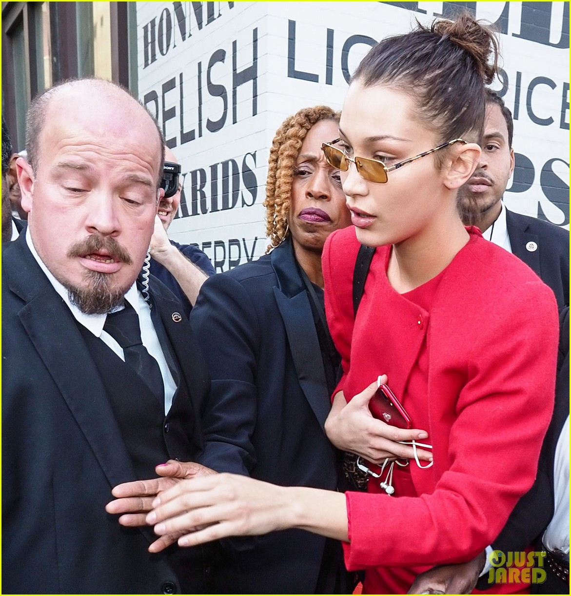 bella hadid defends female paparazzo against her own security guard 03