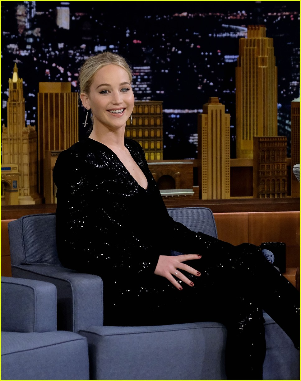 jennifer lawrence axe throwing contest jimmy fallon 06