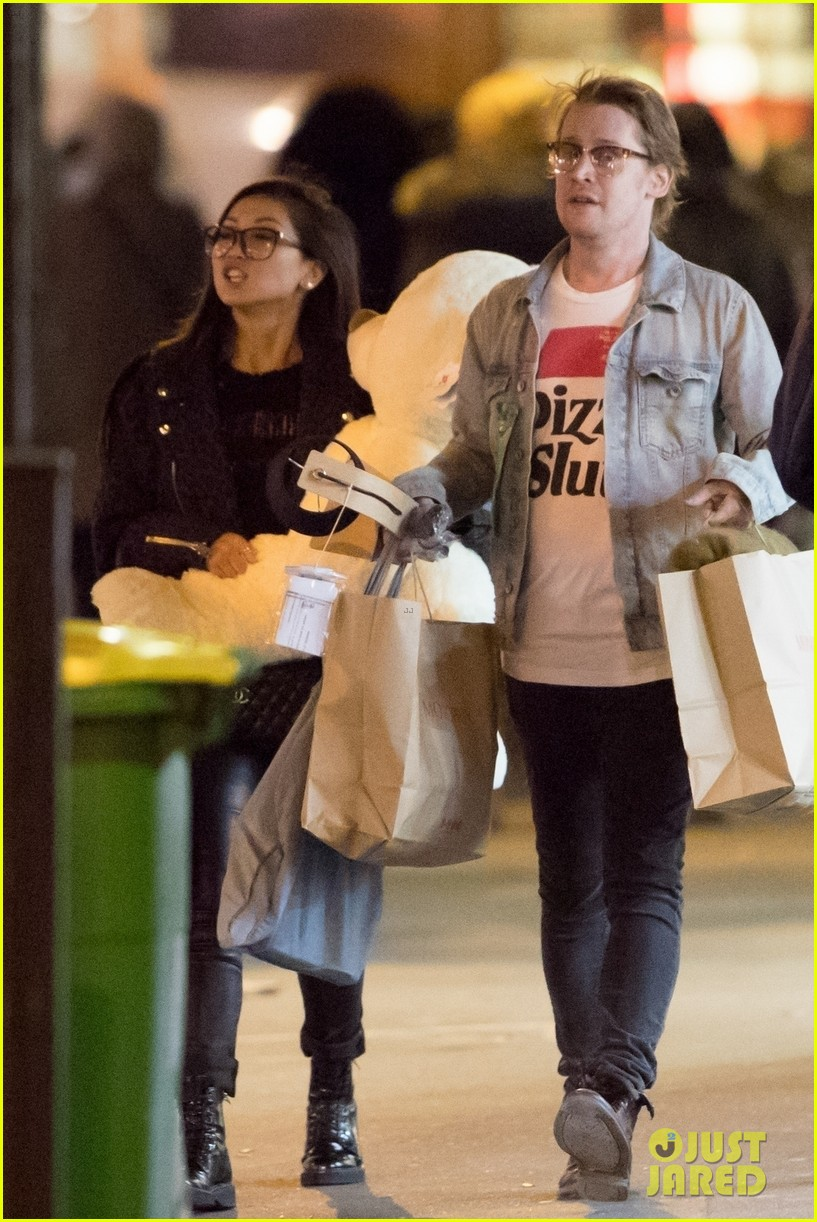 brenda song carries large teddy bear while shopping with macaulay culkin 03