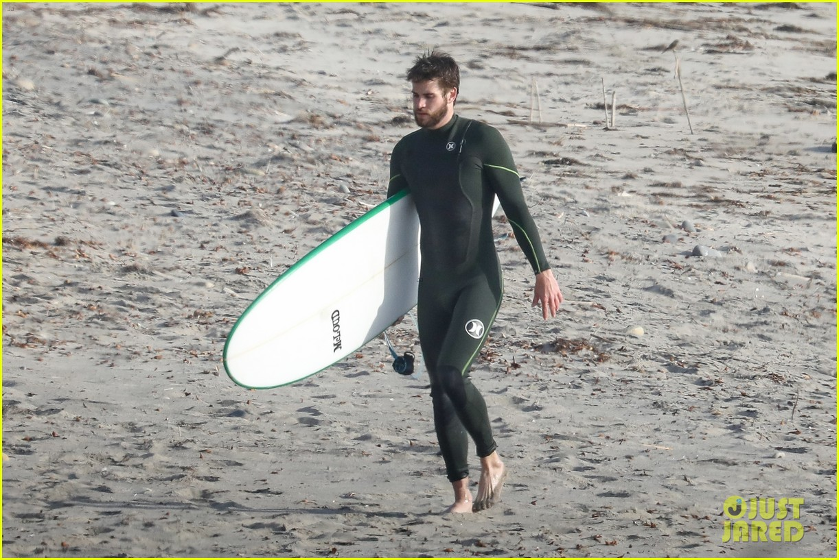 liam hemsworth spends the afternoon surfing in malibu 02