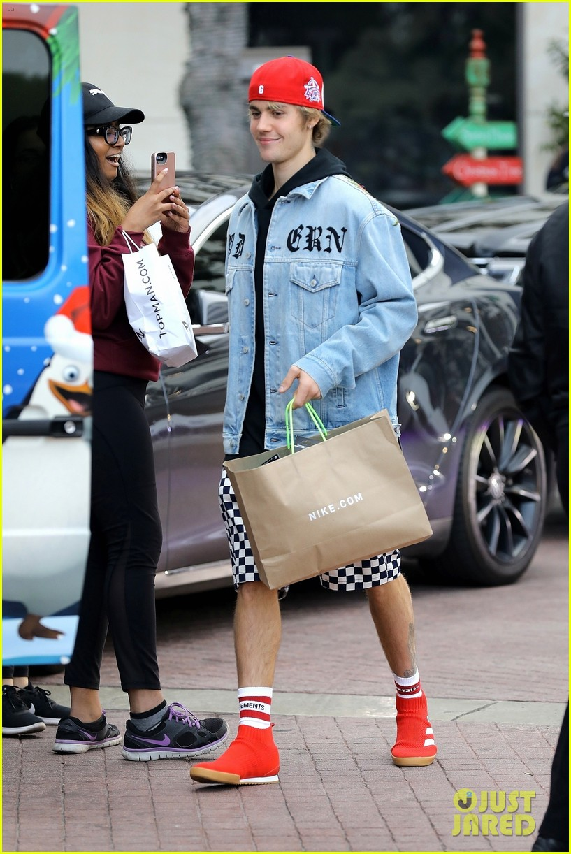 justin bieber does some holiday shopping in his christmas car 02