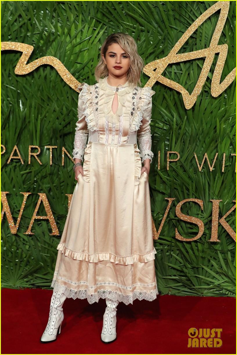 selena gomez zendaya fashion awards 2017 05