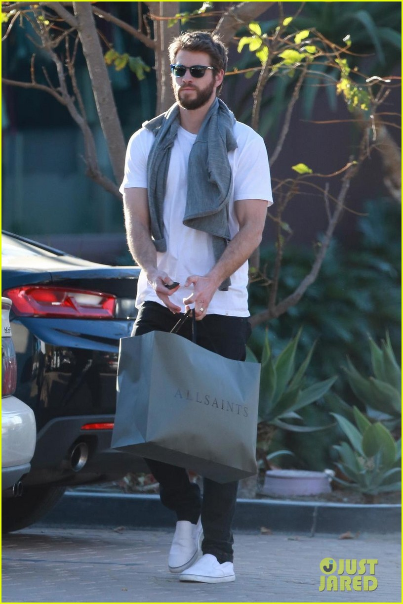 liam hemsworth gets his christmass shopping done 03