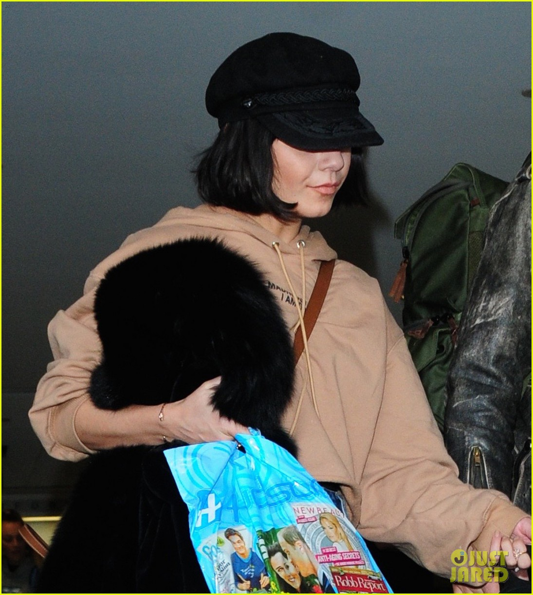 vanessa hudgens austin butler fly back to la after second act wrap 01